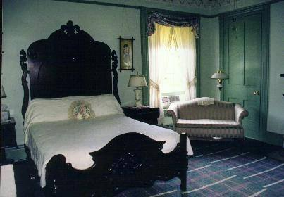 queen bed in b&b bedroom